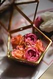 Sluit omhoog van echte bloemendetails bij een huwelijk - Glaskist voor bruids ringen royalty-vrije stock foto's