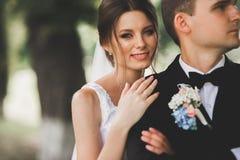 Sluit omhoog van een aardig jong huwelijkspaar royalty-vrije stock foto