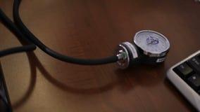 Sluit omhoog van een arts gebruikend een bloeddrukmaat op een patiënt om op zijn gezondheid te controleren stock videobeelden