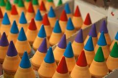 Sluit omhoog van een assortiment van gekleurde stuk speelgoed potloden stock afbeeldingen