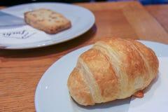 Sluit omhoog van een bakker die het enkel teruggetrokken brood tonen stock afbeeldingen