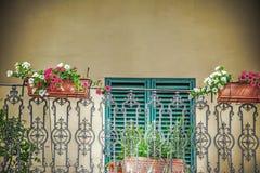 Sluit omhoog van een balkon met bloempotten in Toscanië royalty-vrije stock afbeeldingen
