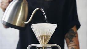Sluit omhoog van een barista makend hand gebrouwen koffie stock video