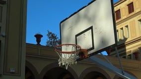 Sluit omhoog van een basketbal die door het net gaan stock footage