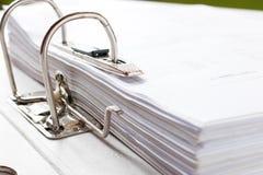 Sluit omhoog van een bedrijfsdossieromslag met documenten, opslag van mede Stock Foto's