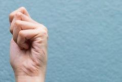 Sluit omhoog van een besnoeiingshand met het aftappen royalty-vrije stock afbeeldingen