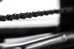 Sluit omhoog van een bicylceketen in zwart-wit stock afbeelding