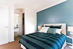 Sluit omhoog van een blauwe decoratieve slaapkamer aan een ingang Royalty-vrije Stock Foto's
