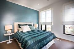 Sluit omhoog van een blauwe decoratieve slaapkamer met witte muren Stock Fotografie