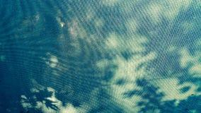 Sluit omhoog van een blauwe luifelstof onder de zon Stock Afbeeldingen