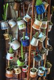 Sluit omhoog van een bos van verschillende die koffie jezve potten omhoog als decoratie in een koffie worden gehangen royalty-vrije stock foto