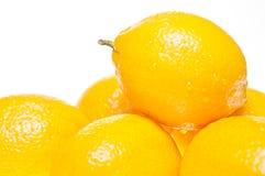 Sluit omhoog van een citroen die op citroenen wordt gestapeld Royalty-vrije Stock Fotografie