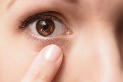 Sluit omhoog van een contactlens in een oog Royalty-vrije Stock Foto's