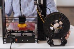Sluit omhoog van een 3d printer creërend een nieuw voorwerp Stock Afbeeldingen