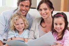 Sluit omhoog van een familie die een fotoalbum bekijken royalty-vrije stock foto