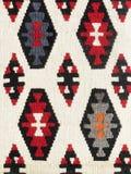 Sluit omhoog van een gehangen kleurrijke met de hand gemaakte traditionele woldeken Stock Foto