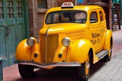 Sluit omhoog van een gele uitstekende taxiauto Royalty-vrije Stock Fotografie