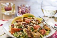 Sluit omhoog van een gezonde salade van zeekreeftcaesar Stock Fotografie