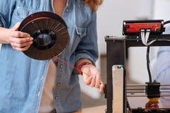 Sluit omhoog van een gloeidraadrol die aan de 3d printer worden aangepast Royalty-vrije Stock Foto