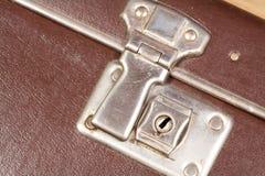 Sluit omhoog van een greep van een ouderwetse koffer Stock Afbeeldingen