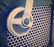 Sluit omhoog van een grill van de gitaarversterker met een hoofdtelefoon op het royalty-vrije stock afbeeldingen