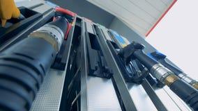 Sluit omhoog van een groene brandstofpijp die uit de benzinepomp worden verwijderd Brandstof, benzinestation, het concept van ben stock video