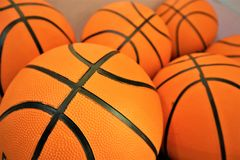 Sluit omhoog van een groep vele nieuwe basketbal oranje ballen royalty-vrije stock foto's