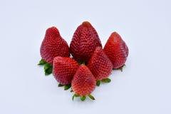 sluit omhoog van een groep verscheidene smakelijke verse rode aardbeien enkel geoogst en klaar om worden gegeten De aardbeien wor royalty-vrije stock afbeelding