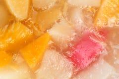 Sluit omhoog van een heerlijke eigengemaakte cake met fruitig geleisuikerglazuur royalty-vrije stock foto's