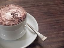 Sluit omhoog van een heerlijke kop van koffie op houten lijst Stock Foto's