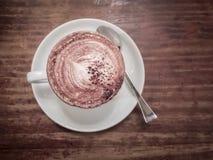 Sluit omhoog van een heerlijke kop van koffie op houten lijst Stock Afbeelding