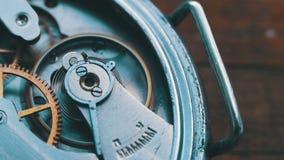 Sluit omhoog van een intern klokmechanisme stock video