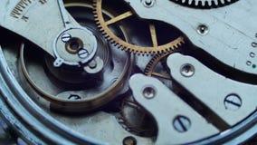 Sluit omhoog van een intern klokmechanisme stock footage