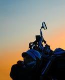 Sluit omhoog van een klassieke motorfietskoplamp bij schemer Royalty-vrije Stock Foto