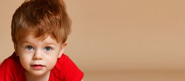 Sluit omhoog van een kleine babyjongen royalty-vrije stock afbeeldingen