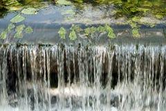 Sluit omhoog van een kleine waterkering Royalty-vrije Stock Foto's