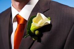 Sluit omhoog van een leliecorsage op een bruidegom Royalty-vrije Stock Foto's