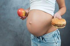 Sluit omhoog van een leuke zwangere buikbuik en gezonde niet gezond Stock Afbeeldingen