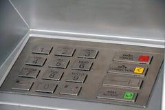 Sluit omhoog van een machine van ATM Het metaaltoetsenbord stock foto's