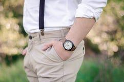 Sluit omhoog van een man hand die een horloge dragen Royalty-vrije Stock Afbeeldingen