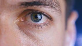 Sluit omhoog van een mannelijk oog Detail van een oog van een mens die camera bekijken Lage diepte van gebied stock videobeelden