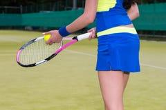 Sluit omhoog van een meisje die tennisbal en een racket houden Stock Afbeelding