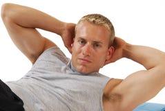 Sluit omhoog van een mens die situps doet Royalty-vrije Stock Afbeeldingen