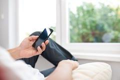 Sluit omhoog van een mens gebruikend mobiele slimme telefoon Stock Afbeeldingen