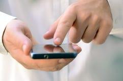 Sluit omhoog van een mens gebruikend mobiele slimme telefoon Royalty-vrije Stock Afbeelding