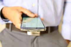 Sluit omhoog van een mens gebruikend mobiele slimme telefoon Stock Afbeelding