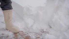 Sluit omhoog van een Mens Gebruikend een Schop om Sneeuwstoepen na Sneeuwval schoon te maken stock video