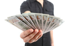 Sluit omhoog van een mensenhand die geldbankbiljetten aanbieden Stock Fotografie