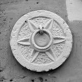 Sluit omhoog van een Middeleeuwse Staalring voor Parkerenmuilezels dichtbij Wal stock afbeeldingen