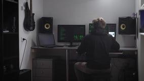 Sluit omhoog van een misdadige persoon die netwerk proberen te barsten De spion binnendringt in een beveiligd computersysteem com stock video